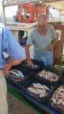Verkopers in vissenmarkt, Griekenland Stock Foto's