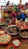Verkopers in voedselmarkt, Sa-Pa, Vietnam Stock Foto