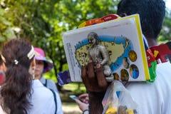 verkopersherinneringen voor de lokale bevolking van Sri Lanka, een excursie aan Polonnaruwa, 26 JANUARI 2018 Stock Afbeelding