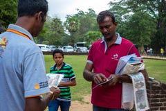 verkopersherinneringen voor de lokale bevolking van Sri Lanka, een excursie aan Polonnaruwa, 26 JANUARI 2018 Stock Foto's