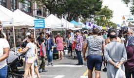 Verkoperslijn de straat bij lokale markt in Queens stock fotografie