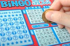 Verkratzen eines Lottoscheins Lizenzfreie Stockbilder