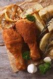 Verkruimeld kippenbeen met de gebraden verticaal van de aardappels hoogste mening royalty-vrije stock foto