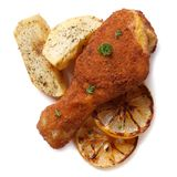 Verkruimeld kippenbeen met gebraden die aardappels op wit worden geïsoleerd royalty-vrije stock afbeelding