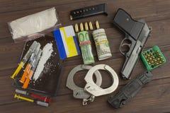 Verkäufe von Drogen Internationale Kriminalität, Drogenhandel Drogen und Geld auf einem Holztisch Lizenzfreie Stockbilder