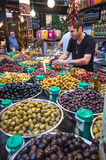 Verkäufer, der Essiggurken im Sarona-Lebensmittelmarkt verkauft Stockbild
