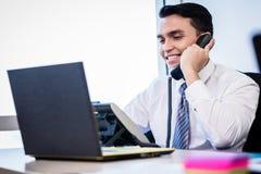 Verkäufer im Büro, das Telefonanruf macht Stockfoto