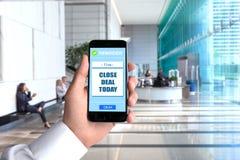 Verkäuferverkaufshandy Smartphonehand-POV-Geschäftsmann-Hintergrundarbeitsplatzbüroperspektiven-Gesichtspunktexekutive Stockfoto
