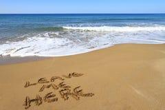 Verlaat me hier, geschreven op strand Stock Fotografie