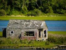 Verlaat plattelandshuisje op Smalle Rivier, Narragansett, RI stock foto's