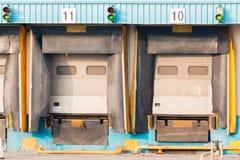 Verladedock-Ladetüren des Absatzzentrums leere stockfotografie