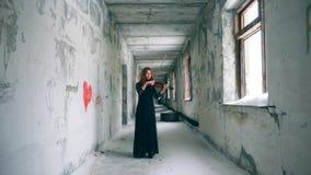 Verlagingsgang met een vrouwelijke viool-speler stock footage