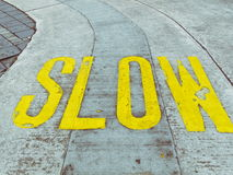 Verlangsamen Sie und vorsichtig auf der Straße Lizenzfreie Stockfotos