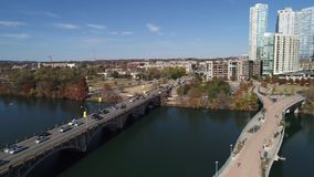 Verlangsamen Sie Vorwärtsvogelperspektive von Austin-Skylinen und von Fußgängerbrücke Pfluger stock video