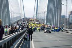 ?verlappade gator av Vladivostok Folket promenerar de centrala gatorna av Vladivostok och den guld- bron arkivbild