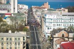 ?verlappade gator av Vladivostok Folket promenerar de centrala gatorna av Vladivostok och den guld- bron royaltyfria foton