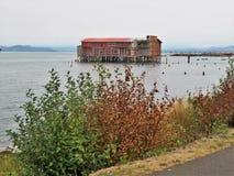 Verlassen, Altbau auf der Wasserfront Lizenzfreies Stockbild