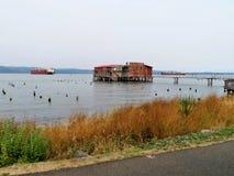 Verlassen, Altbau auf der Wasserfront Lizenzfreies Stockfoto