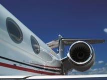 Verlassen auf einem Düsenflugzeug lizenzfreie stockbilder