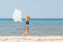 Verlassen der jungen Frau ein Meer Stockfotografie