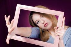 Verlassen eine schöne blonde junge Frau des Feldes Lizenzfreie Stockfotos