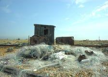 Verlassen, Hütten und Netze auf Strand fischend. lizenzfreie stockbilder