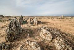 Verlassen Sie Landschaft mit Felsformationen des scharfen Rocks und des trockenen Landes Stockfoto