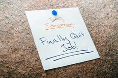 Verlassen Sie schließlich Job Reminder For Tomorrow With gekreuzt heraus heute festgesteckt auf Cork Board Stockbild