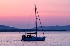Verlassen von Porthcawl-Hafen an der Dämmerung lizenzfreie stockfotos