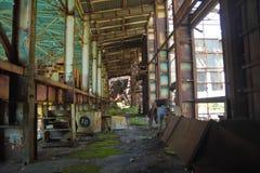 Verlassen zerstört durch Kriegs- und owergrownfabrik lizenzfreie stockbilder