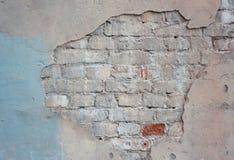 Verlassene alte Backsteinmauer des Gebäudes stockfotos