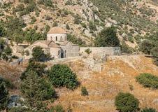 Verlassene alte orthodoxe christliche Kirche und Olivenbaum Lizenzfreies Stockbild