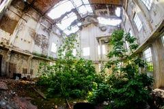 Verlassene alte ruinierte Industrieanlage Stockfotografie