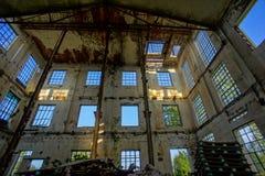 Verlassene alte ruinierte Industrieanlage Stockbild