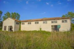 Verlassene alte ruinierte Industrieanlage Stockfoto