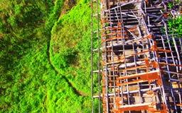Verlassene alte Struktur und grüner auf der anderen Seite Stockfotos