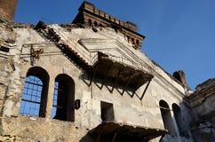 Verlassene Anlage mit Balkon, Treppe und zerbrochenen Fensterscheiben, Ukraine Stockfotos