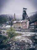 Verlassene Bergbauanlage in der Winterzeit (schweres Schneien) stockfotos