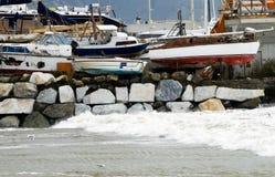 Verlassene Boote auf Seeunterbrecher Stockbild