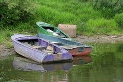 Verlassene Boote nahe dem Ufer stockfotos