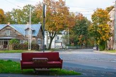 Verlassene Couch mit einem Koffer Lizenzfreie Stockfotos