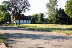 Verlassene Detroit-Nachbarschaft mit nur einer linken Hauptstellung Lizenzfreies Stockbild