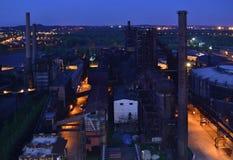 Verlassene Eisengießereifabrik in der Dunkelheit von einer Vogelperspektive Lizenzfreie Stockfotografie