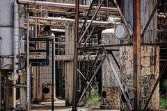 Verlassene Erdölraffinerie Stockbild