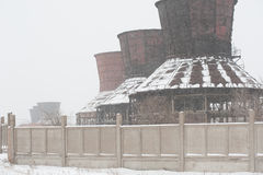 Verlassene Fabrik im Winter Stockfotos