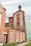 Verlassene Fabrik mit Graffiti auf wa, arkhangelsk lizenzfreie stockbilder