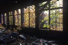 Verlassene Fabrik mit zerbrochenen Fensterscheiben und Rückstand, CT Stockfotografie