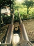 Verlassene Fliegerabwehrkanonen im Park stockfotos