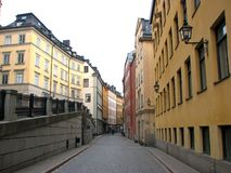 Verlassene Fußgängerstraße im alten Teil von Stockholm, Schweden Bunte Häuser mit Weinleselaternen stockfotografie