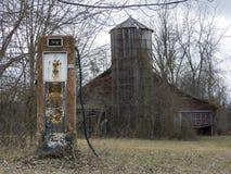 Verlassene Gas-Pumpe und Scheune Stockfotografie